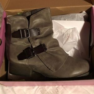 Shoes - NEW-Taupe booties